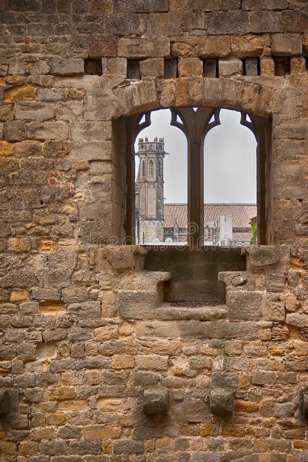Kościelna iglica przez średniowiecznej ściany zdjęcia stock
