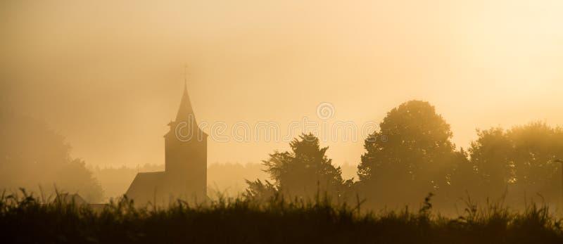 Kościelna sylwetka w mgle obrazy royalty free