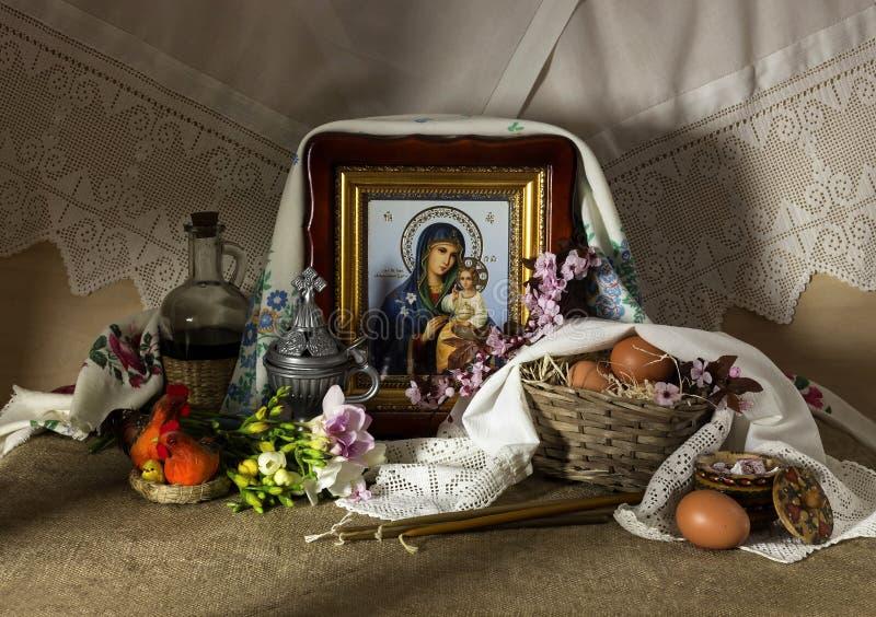 Kościelne świeczki, wino w słoju, jajka w łozinowym koszu, ikona i kwiecenie, rozgałęziają się obrazy stock