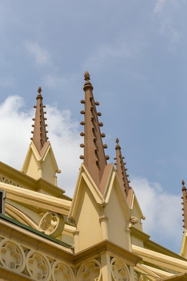 Kościelne iglicy na dachu Święty Przecinający Katedralny Lagos Nigeria zdjęcie stock