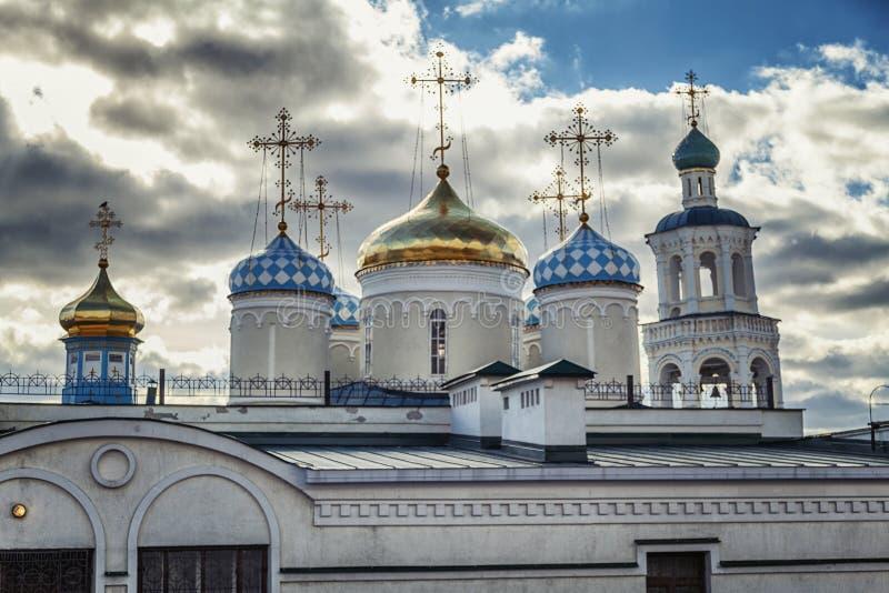 Kościelne kopuły z krzyżami przeciw ponuremu niebu, dramatyczny widok obraz royalty free