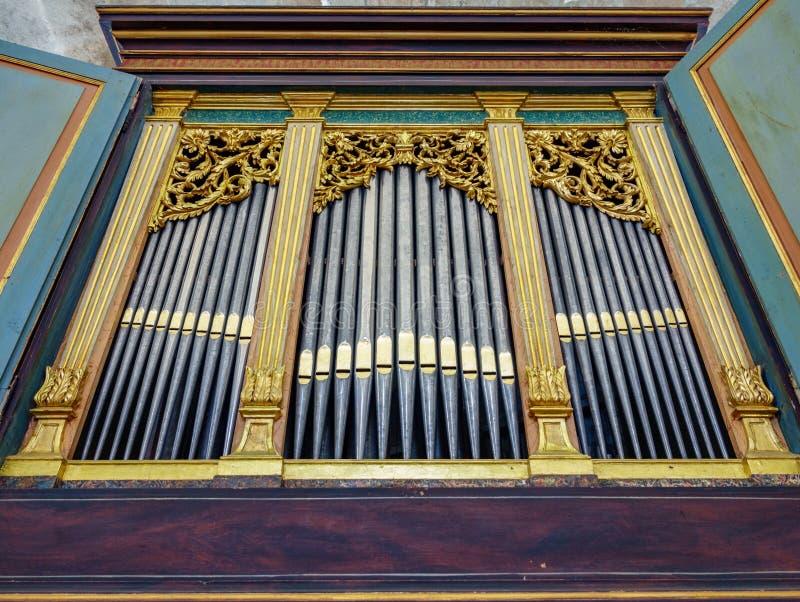 kościelnej muzyki organ piszczy jaśnienie obrazy stock