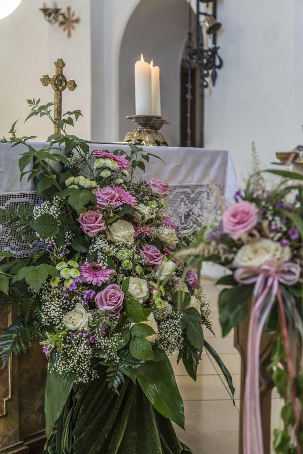 Kościelni ławka szczegóły z kwiecistą ślubną dekoracją obraz royalty free