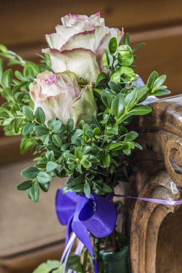Kościelni ławka szczegóły z kwiecistą ślubną dekoracją obraz stock