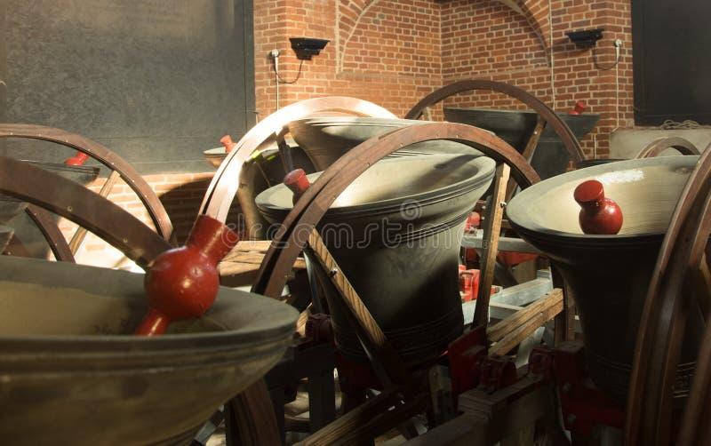 Kościelni Dzwony w wierza pokazuje clappers i mechanizm obrazy stock