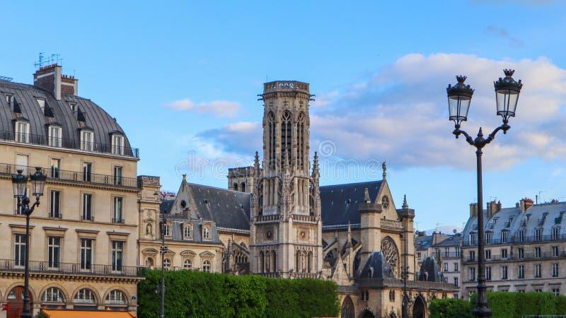 Kościelni i historyczni budynki na ulicie Paryski Francja obrazy royalty free