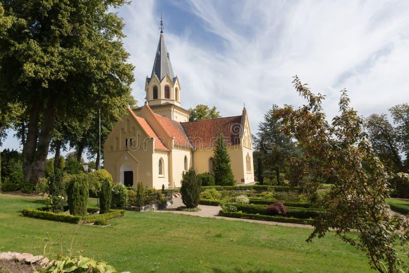 Kościelni i mali drzewa fotografia stock