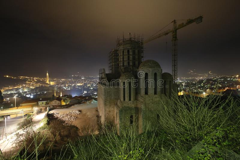 Kościelny budynek na nocy obraz royalty free