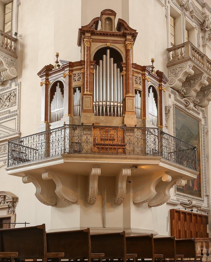Kościelny fajczany organ na ścianie zdjęcia stock