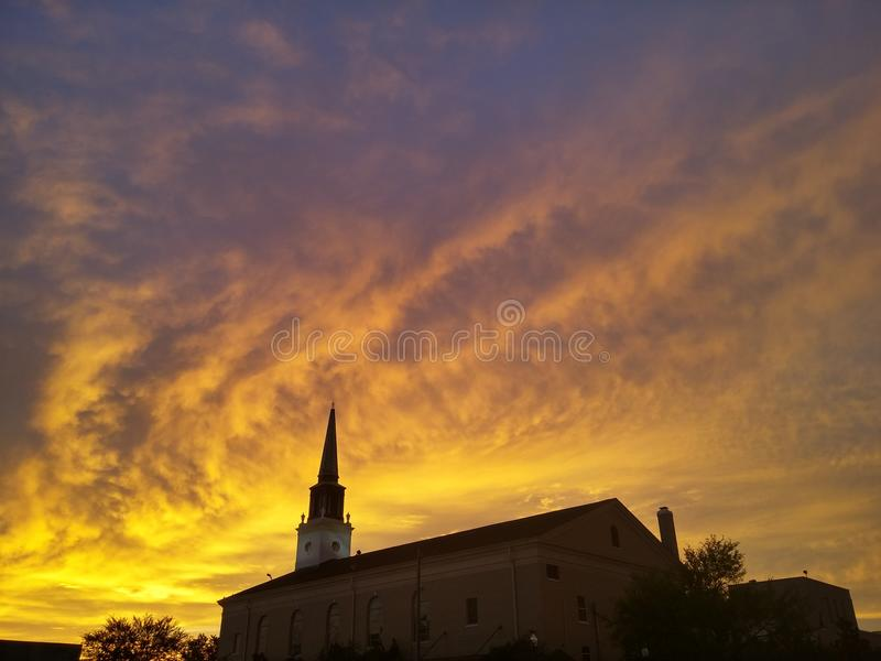 Kościelny i pomarańczowy niebo obraz royalty free
