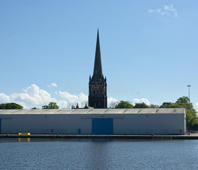 Kościelny iglicy i dockside magazyn, Goole, Wschodnia jazda Yorkshire obraz stock