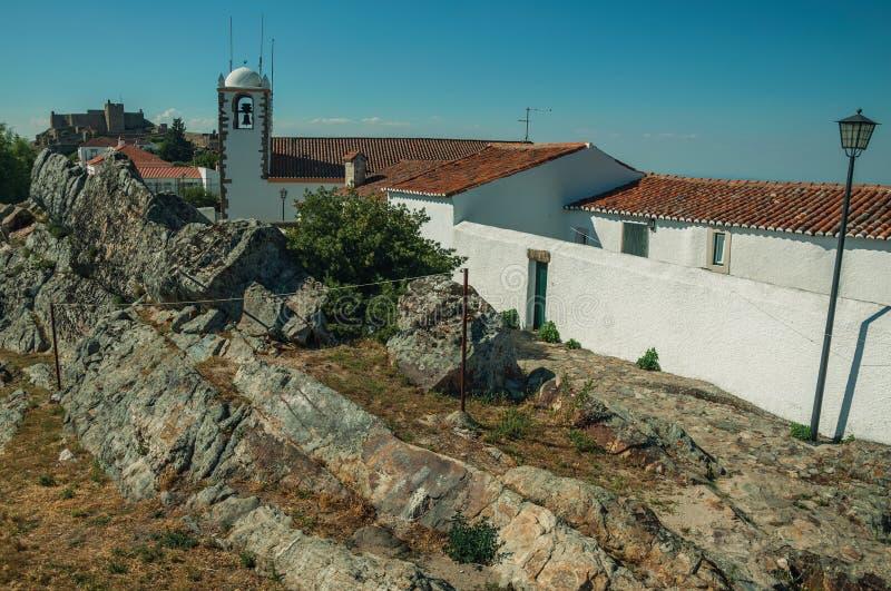 Kościelny steeple i domy nad skałami w Marvao fotografia stock