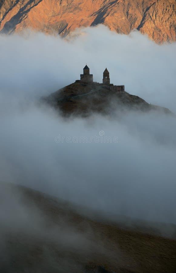 Kościelny unosić się w chmurach zdjęcia stock