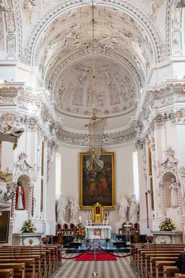 Kościelny wewnętrzny ołtarz St Peter St Paul kościół zdjęcia stock