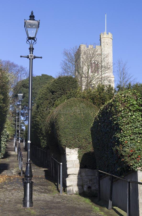Kościelny wzgórze Kroczy prowadzić St ` s Łagodny kościół, morze, obrazy royalty free