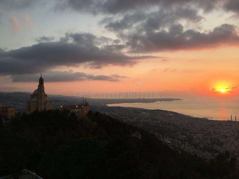 Kościelny zmierzch i morze obrazy royalty free