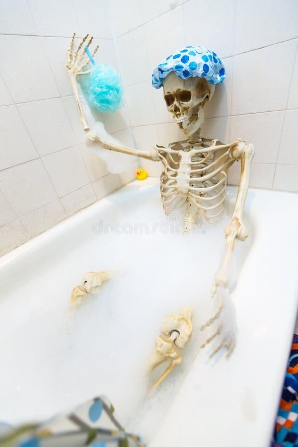 Kościsty kościec bierze bąbla skąpanie w grungy białej brudnej balii zdjęcie stock