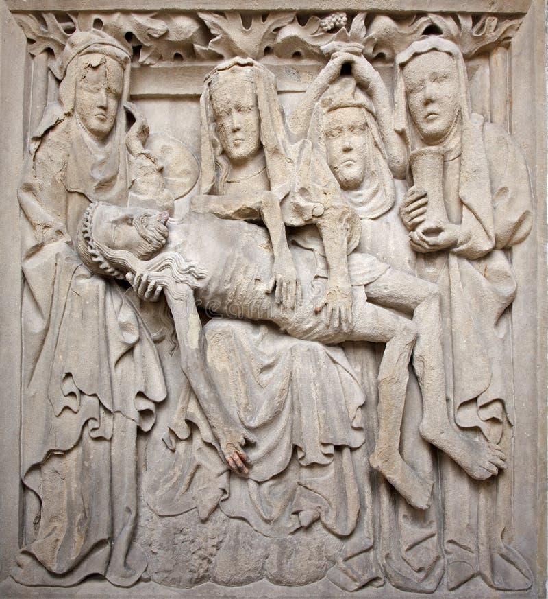 Košice - soulagement de Pieta à l'ouest de portail de cathédrale gothique d'Elizabeth de saint image stock
