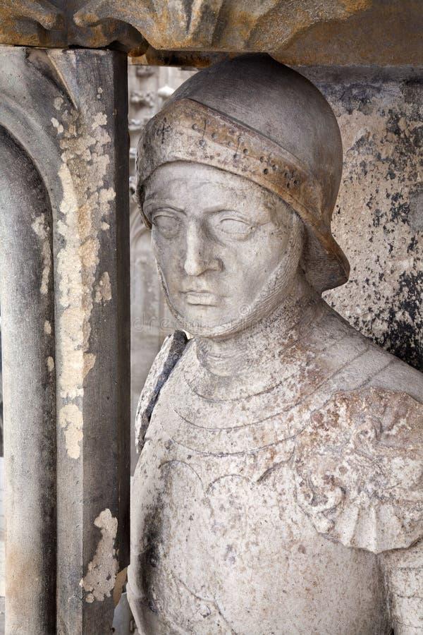 Košice - statue de chevalier à l'ouest de portail de cathédrale d'Elizabeth de saint image stock