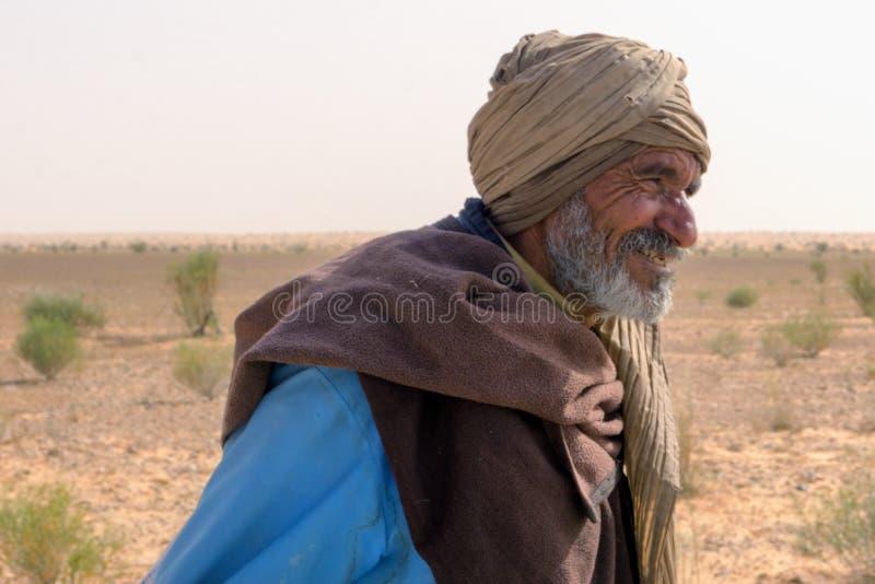 Koźli poganiacz bydła ono Uśmiecha się w saharze w Tunezja obraz stock