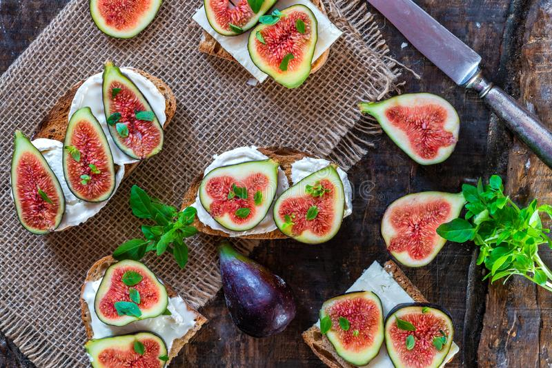 Koźli ser i figi na grzance zdjęcie stock