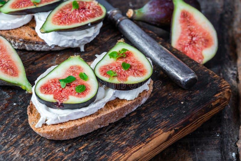 Koźli ser i figi na grzance obrazy royalty free
