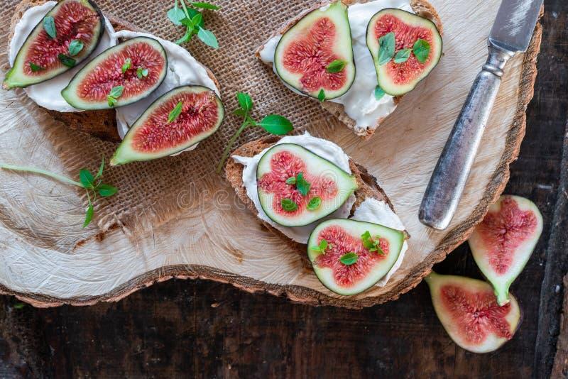Koźli ser i figi na grzance zdjęcie royalty free