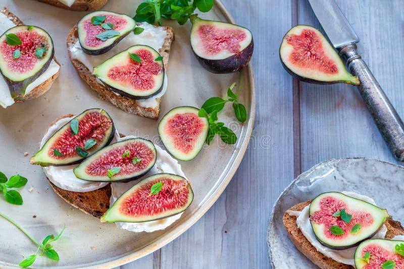 Koźli ser i figi na grzance zdjęcia royalty free