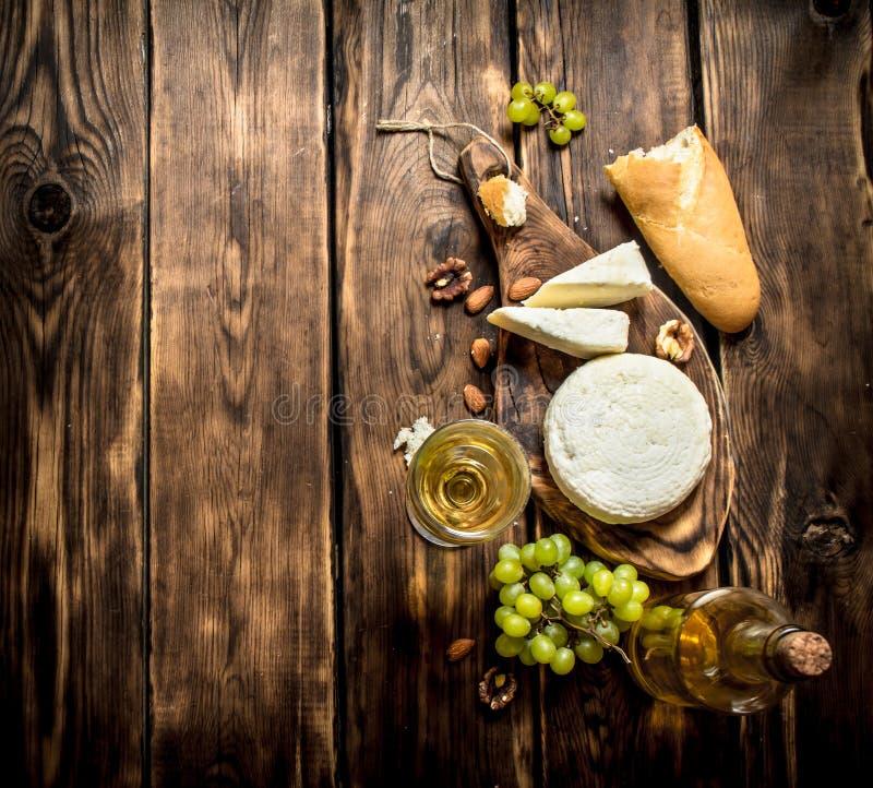 Koźli ser z białym winem i dokrętkami zdjęcie stock