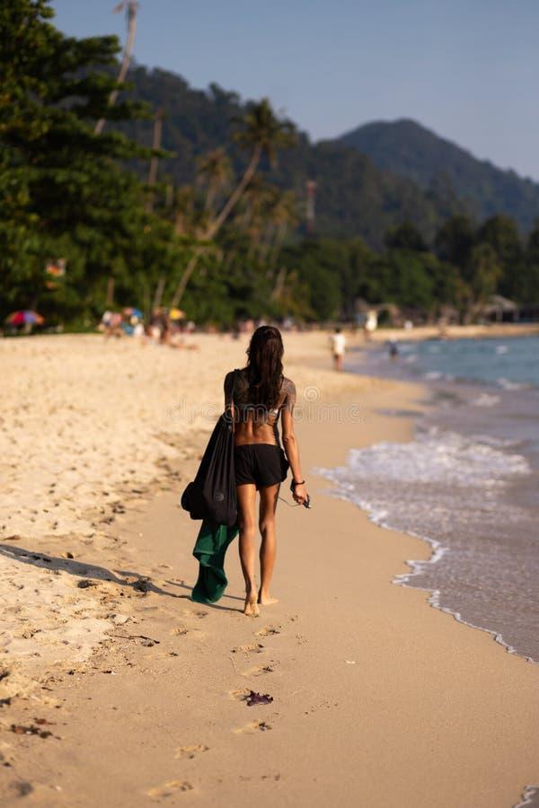 KO张,泰国- 2018年4月9日:真正亚洲人他们走沿一个海滩的海的女孩有令人惊讶的看法- 免版税库存照片