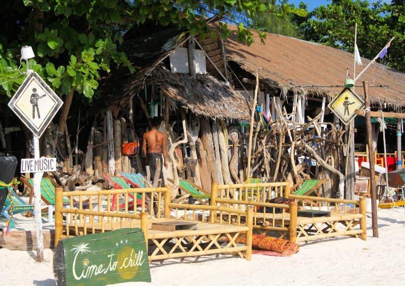 KO酸值LIPE安达曼海,泰国- 12月27 2013年:在简单的竹小屋酒吧的看法与变冷的床在日出海滩 免版税库存照片