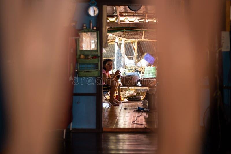 KO CHANG, ТАИЛАНД - 10-ОЕ АПРЕЛЯ 2018: Деревня подлинных традиционных рыболовов на острове - люди и дети внутри стоковые фотографии rf