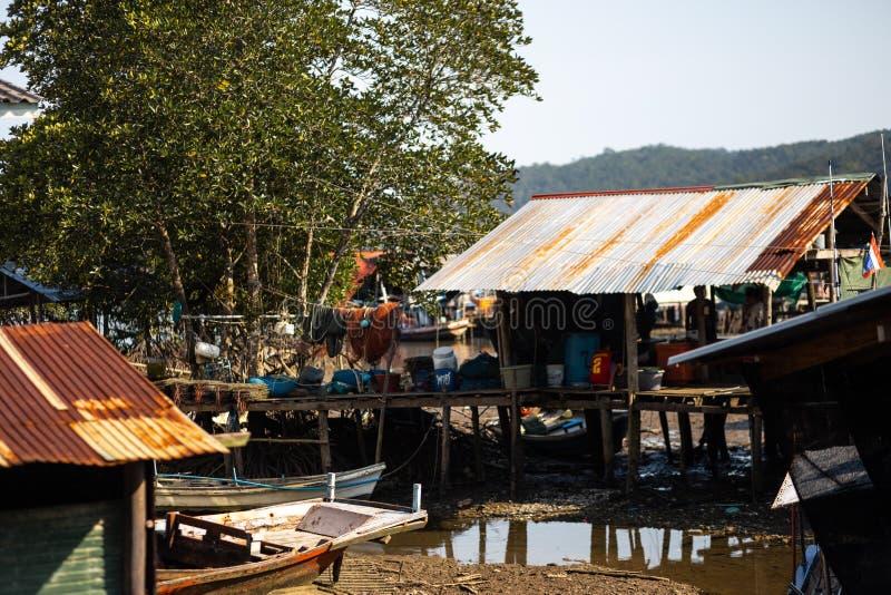 KO CHANG, ТАИЛАНД - 10-ОЕ АПРЕЛЯ 2018: Деревня подлинных традиционных рыболовов на острове - люди и дети внутри стоковые изображения