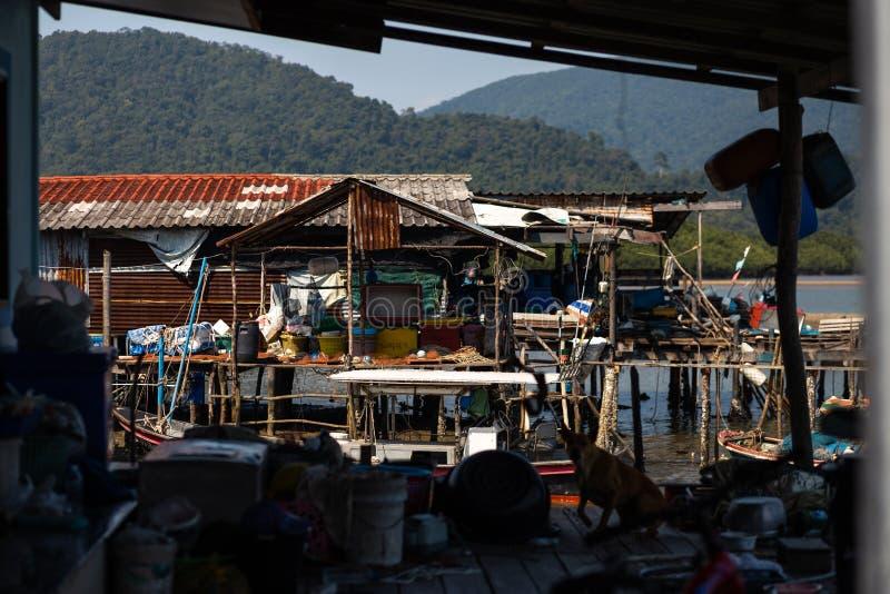 KO CHANG, ТАИЛАНД - 10-ОЕ АПРЕЛЯ 2018: Деревня подлинных традиционных рыболовов на острове - люди и дети внутри стоковое фото rf