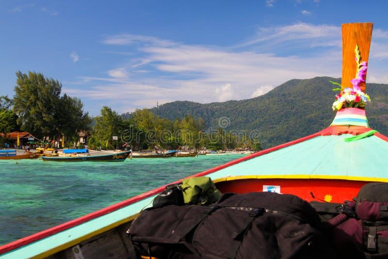 KO LIPE ANDAMAN morze TAJLANDIA, GRUDZIEŃ, - 18 2013 - Przyjeżdżać z ogonów plecakami i łodzią przy Ko Lipe obrazy stock