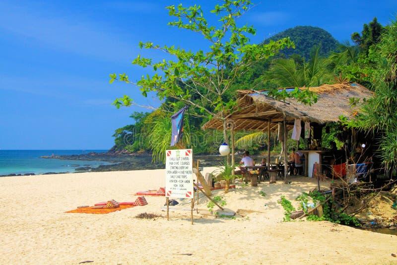 KO MOK,泰国安达曼海12月28日 2013年:潜水的学校,热带beachl的餐馆 库存照片