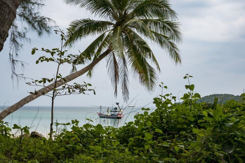 Ko phangan plaża z łodzią rybacką fotografia royalty free