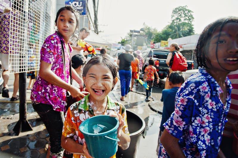 KO SAMUI TAJLANDIA, KWIECIEŃ, - 13: Niezidentyfikowani szczęśliwi dzieci w wodnym walka festiwalu lub Songkran festiwalu zdjęcia royalty free