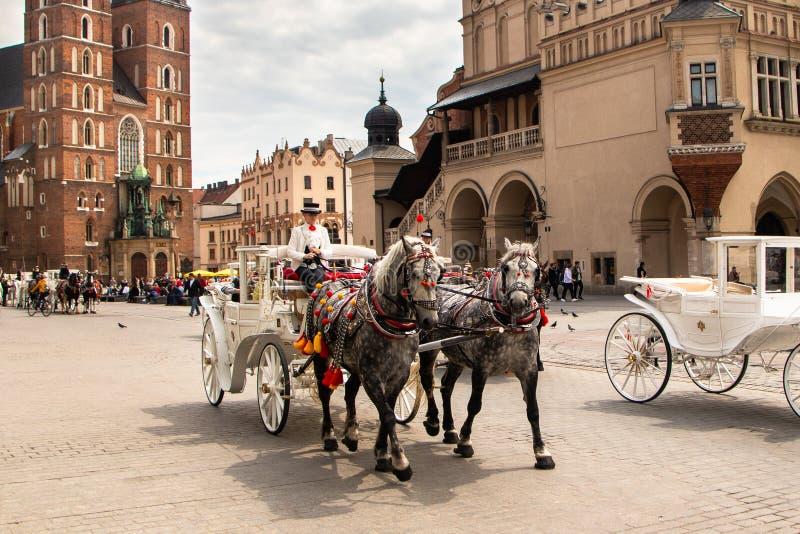 Ko?scy frachty przy ulic? w Krakow obrazy stock