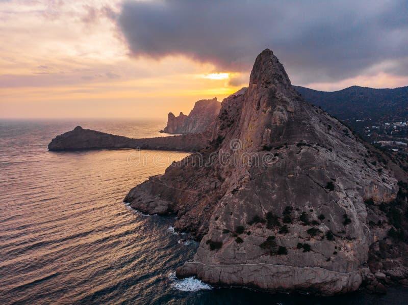 Koba-kaya góra w morzu w Crimea, ampuły skała przy pięknym zmierzchem i seascape natury krajobrazem, powietrzny panoramiczny wido zdjęcie royalty free