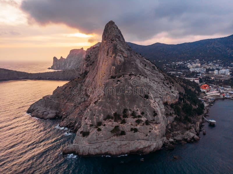 Koba-kaya góra w morzu w Crimea, ampuły skała przy pięknym zmierzchem i seascape natury krajobrazem, powietrzny panoramiczny wido zdjęcia stock