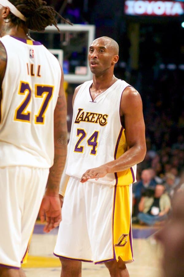 Kobe Bryant Talks till lagkamraten fotografering för bildbyråer