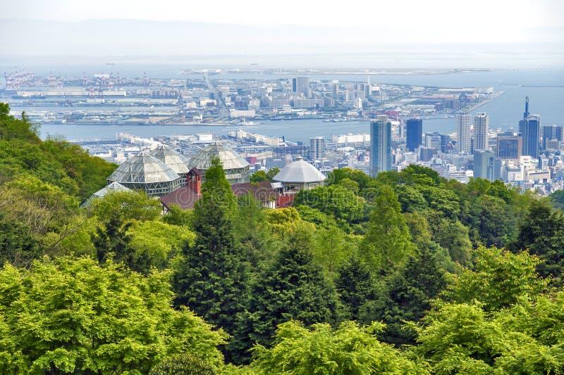 Kobe Port Island und Kobe Airport in Osaka Bay gesehen von Nunobiki Herb Garden auf Berg Rokko in Kobe, Japan lizenzfreies stockbild