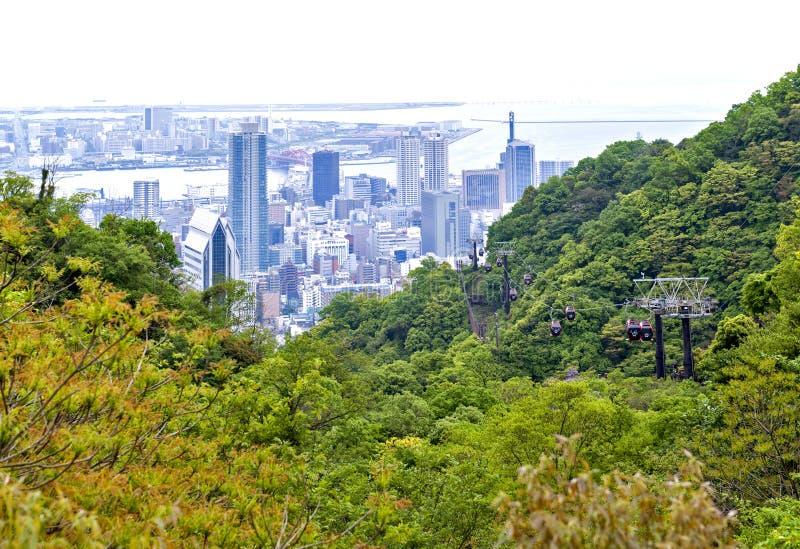 Kobe-Stadtbild und -Skyline, Kobe Port Island und Kobe Airport in Osaka Bay gesehen von Nunobiki Herb Garden auf Berg Rokko in Ko lizenzfreie stockfotografie