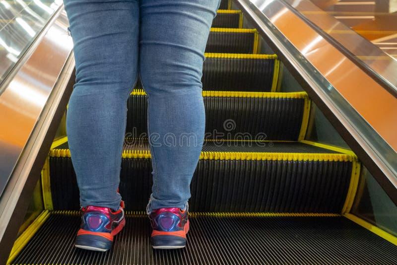 Kobieca noga stojąca na schodach ruchomych obrazy royalty free