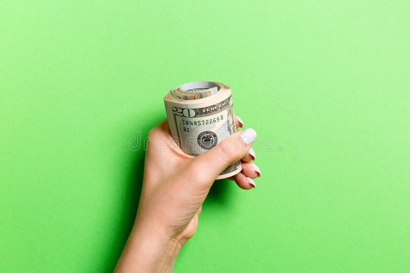 Kobieca ręka trzymająca mocno wiązkę pieniędzy Widok z góry dwudziestu dolarów na kolorowym tle Koncepcja inwestycyjna fotografia royalty free