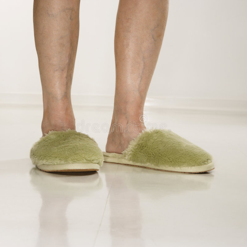 kobiece stopy nosić kapci zdjęcia stock
