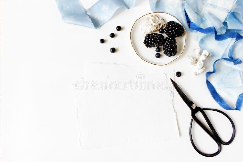 Kobiecy ślub lub lato morski stołowy skład Porcelana talerz z jeżynową owoc, czarne jagody, ostryga, błękitna fotografia stock