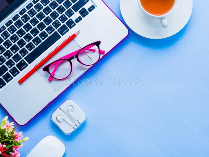 kobiecy biurka workspace z biurowymi akcesoriami fotografia stock