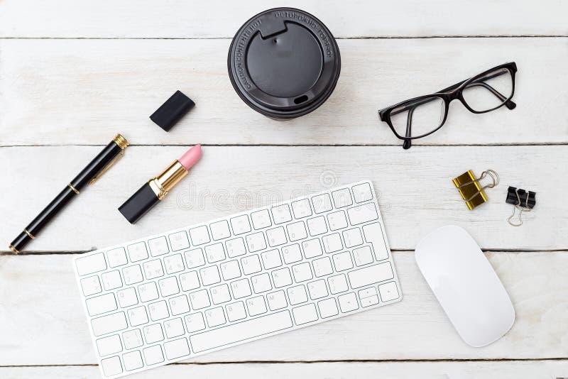 Kobiecy biurko z klawiaturą i filiżanką kawy flatlay fotografia royalty free